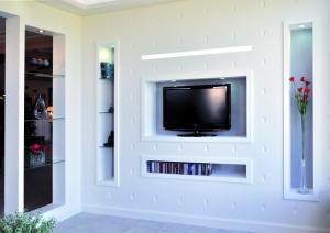 CD, livres, statuettes et vases... pensez aux niches pour des rangements intelligents !