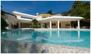 Sise entre Cannes et Juan les Pins, la Villa Dell' Arte offre confort et modernité.